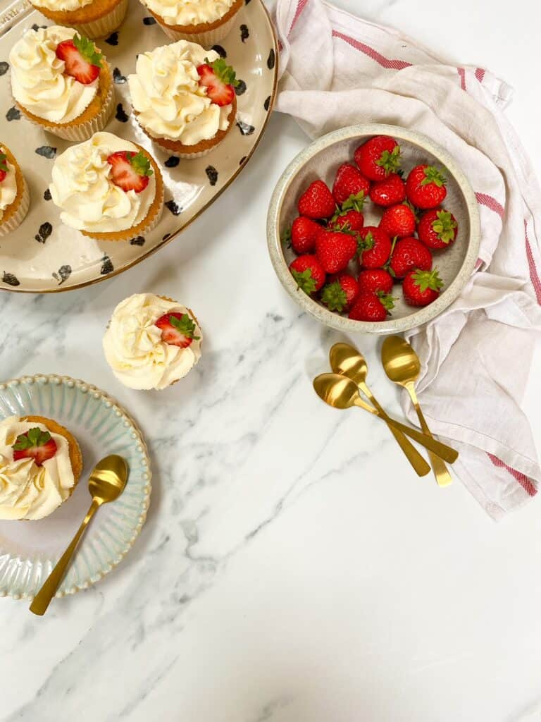 easy strawberries and cream cupakes